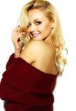 Mujer rubia sonriente linda dulce feliz en ropa casual Imagen de archivo