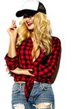 Mujer rubia sonriente linda dulce feliz en ropa casual Foto de archivo libre de regalías