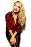 Mujer rubia sonriente linda dulce feliz en ropa casual Fotografía de archivo libre de regalías