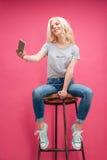 Mujer rubia sonriente que hace la foto del selfie Fotografía de archivo