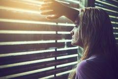 Mujer rubia triste y sola con el pelo mojado Fotos de archivo libres de regalías