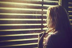 Mujer rubia triste y sola con el pelo mojado Imágenes de archivo libres de regalías