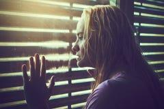 Mujer rubia triste y sola con el pelo mojado Imagen de archivo libre de regalías