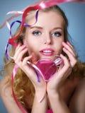 Mujer rubia y atractiva con perfume Fotos de archivo libres de regalías