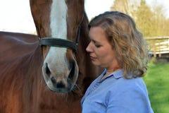 Mujer rubia y su caballo foto de archivo libre de regalías