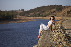 Mujer rumana desnuda en naturaleza Foto de archivo