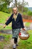 Mujer rural con la cesta al aire libre Imagen de archivo libre de regalías