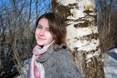 Mujer rusa joven al lado de un abedul Imagenes de archivo