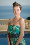 mujer 20s por la piscina Imagenes de archivo
