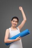 Mujer sana asiática lista al ejercicio en el gimnasio del deporte Foto de archivo libre de regalías