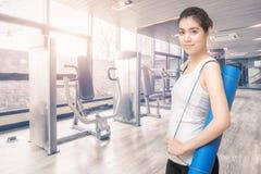 Mujer sana asiática lista al ejercicio en el gimnasio del deporte Fotografía de archivo