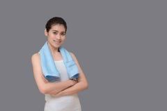 Mujer sana asiática lista al ejercicio en el gimnasio del deporte Imagenes de archivo