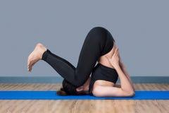 Mujer sana asiática lista al ejercicio en el gimnasio del deporte Imagen de archivo