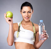 Mujer sana con la manzana y botella de agua Fotografía de archivo