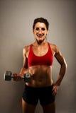 Mujer sana de la aptitud que muestra sus músculos Imagen de archivo libre de regalías