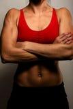 Mujer sana de la aptitud que muestra sus músculos Foto de archivo libre de regalías