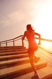 Mujer sana de la forma de vida que corre en las escaleras de piedra Foto de archivo libre de regalías