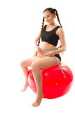Mujer sana embarazada que se sienta en bola de la aptitud Fotografía de archivo