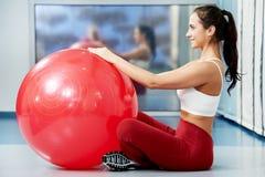 Mujer sana feliz con la bola de la aptitud Imagen de archivo libre de regalías