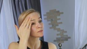 Mujer sana hermosa que hace masaje de cara del aceite Salud y cuidado de piel, masaje chino 4K almacen de video