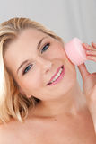 Mujer sana joven que quita maquillaje Imagen de archivo libre de regalías
