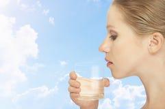 Mujer sana joven y un vidrio de agua potable fotos de archivo