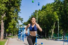 Mujer sana que corre en el patio del deporte Imágenes de archivo libres de regalías