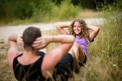 Mujer sana que ejercita con su novio al aire libre Fotos de archivo libres de regalías