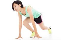 Mujer sana y de la aptitud que corre sobre el fondo blanco Foto de archivo libre de regalías