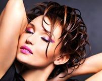 Mujer saxy hermosa con maquillaje rosado brillante Imagen de archivo libre de regalías