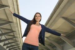 Mujer segura de sí mismo feliz en el ambiente urbano Imagenes de archivo