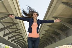 Mujer segura de sí mismo feliz en el ambiente urbano Imagen de archivo libre de regalías