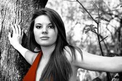 Mujer selectiva del color en alineada roja Foto de archivo libre de regalías