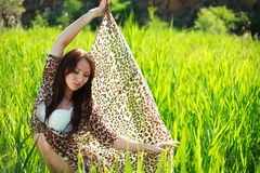 Mujer sensual atractiva en campo verde del bastón Foto de archivo