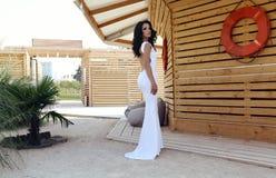 Mujer sensual con el pelo oscuro en vestido blanco elegante con la espalda abierta Fotos de archivo