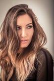 Mujer sensual con el pelo rubio del ombre que mira lejos Fotografía de archivo libre de regalías