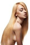 Mujer sensual con el pelo rubio largo recto brillante Imágenes de archivo libres de regalías