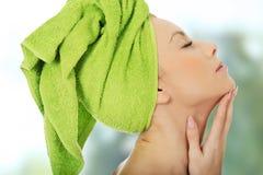 Mujer sensual con la toalla del turbante Imágenes de archivo libres de regalías