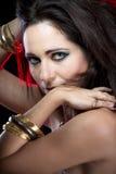 Mujer sensual con las pulseras del oro Foto de archivo
