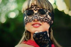 Mujer sensual con un velo del cordón Fotos de archivo libres de regalías