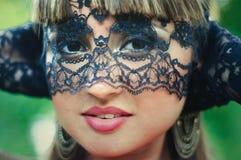 Mujer sensual con un velo del cordón Foto de archivo libre de regalías