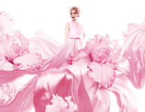 Mujer sensual con volar el vestido rosado Imágenes de archivo libres de regalías