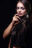 Mujer sensual en bata de casa del cordón Imagenes de archivo