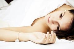 Mujer sensual en cama fotografía de archivo libre de regalías