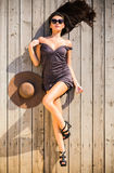 Mujer sensual en cubierta de madera Fotos de archivo