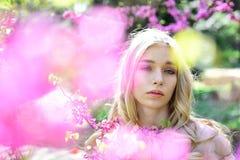 Mujer sensual en la flor floreciente de Sakura en primavera Mujer de la primavera en la floración de la flor de la cereza Día par Fotos de archivo libres de regalías