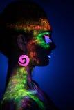 Mujer sensual en maquillaje fluorescente de la pintura Imagen de archivo