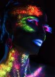 Mujer sensual en maquillaje fluorescente de la pintura Fotos de archivo
