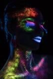 Mujer sensual en maquillaje fluorescente de la pintura Foto de archivo libre de regalías