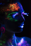 Mujer sensual en maquillaje fluorescente de la pintura Imagen de archivo libre de regalías